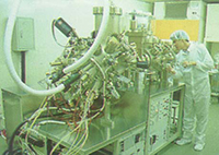 成立於一九九O年九月的電機系固態分子束磊晶實驗室。如今(二OO一年)該實驗室已另增添氣態分子束磊晶系統,半導體領域設備更臻完善。