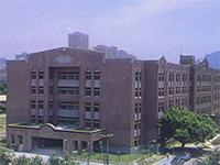 電機二館二期工程甫完成時的西側大門外觀,攝於一九九三年。原電機一館在三年後(一九九六年八月)規劃作為以大學部實驗為主之使用,此後行政、教學、研究等主要活動則均在電機二館進行。