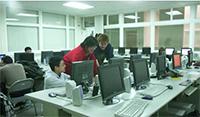 由Intel公司捐贈所設立的網路與多媒體實驗室一隅。電機二館進行。