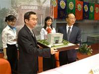 捐贈儀式:陳維昭校長(右一)接受林百里董事長(左二)捐贈博理館。